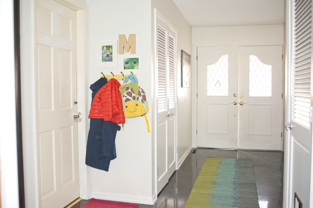 Entryway_coat_rack_with_pictures