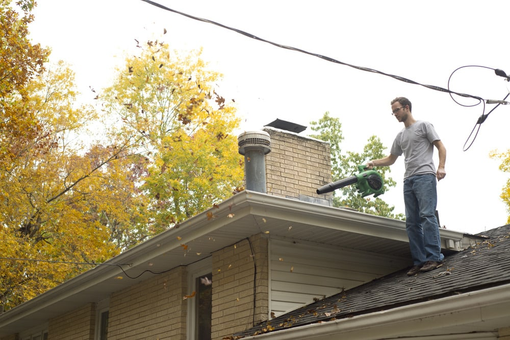 Gutter_cleaning_on_roof