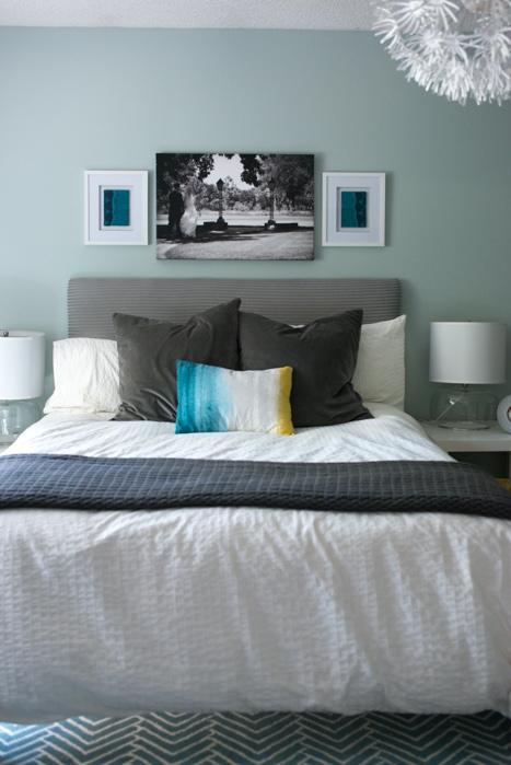 frame arrangment in bedroom