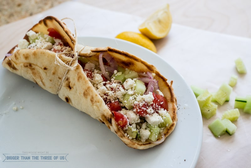 Want a healthy, fast and delicious lunch? Try these Vegetarian Greek Naan Wraps!