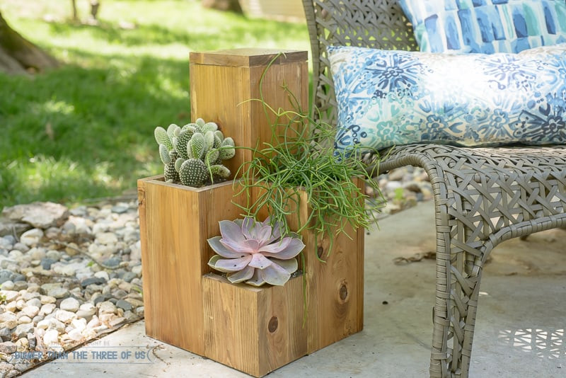 Make this Patio Table with Planters - full how-to provided!