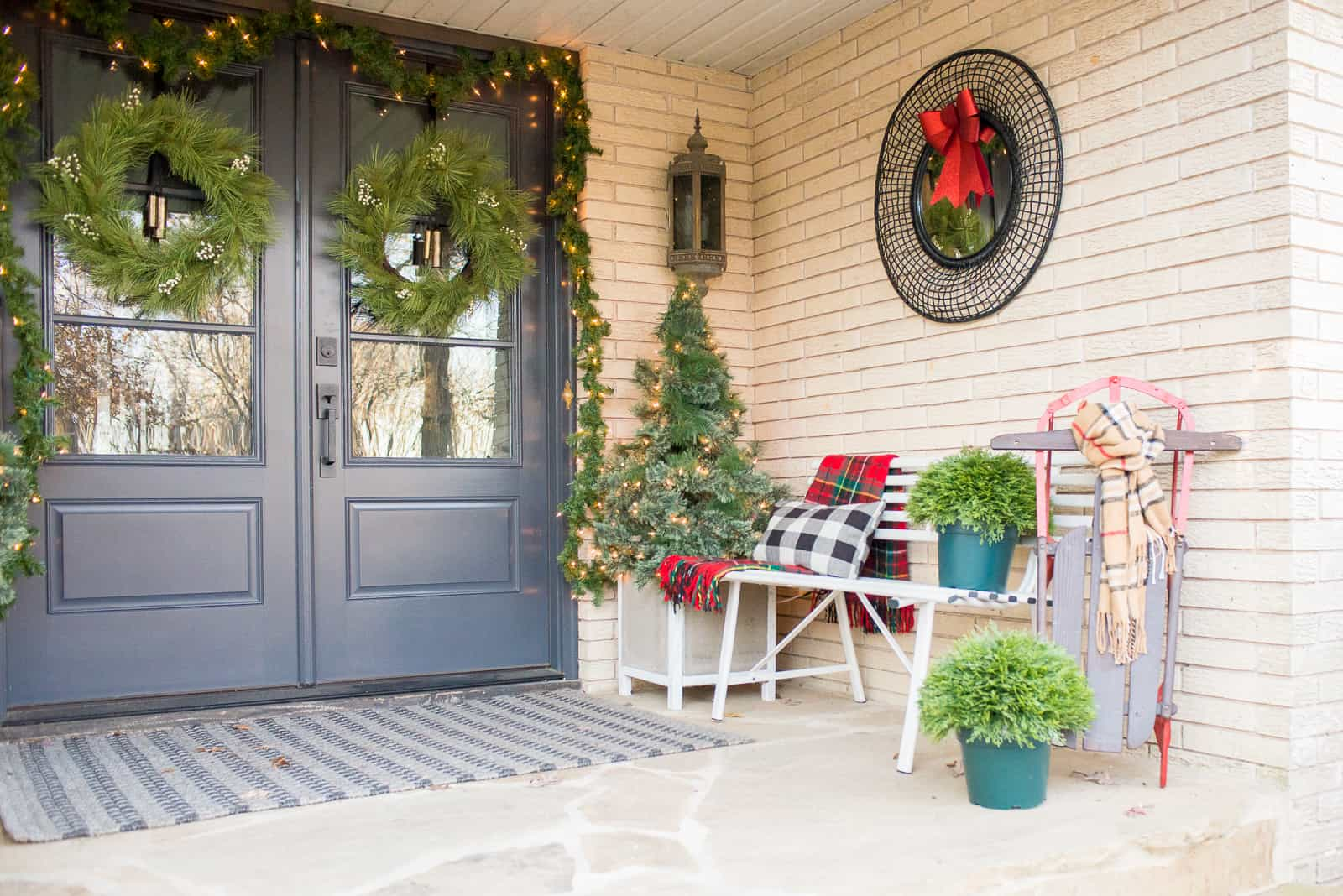 Christmas Doors, Exterior ideas for Christmas. Decorating Tips for Christmas