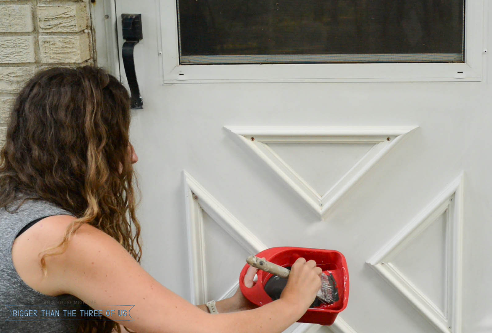 Updating the Grille on a storm door and how to modernize it with HANDyPaint. #paintbeforeandafter #powerofpaint