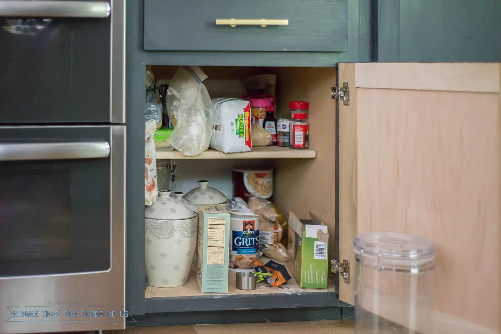 Organizing Deep Kitchen Cabinets with these Easy Kitchen Organizing Ideas #kitchencabinets #organize #organizingkitchencabinets